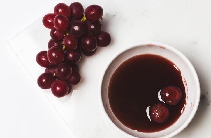 маска с красным вином