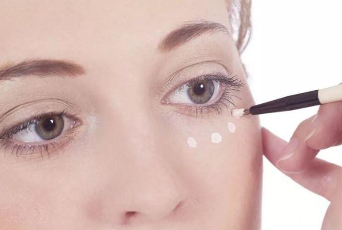 Как скрыть морщины под глазами с помощью макияжа